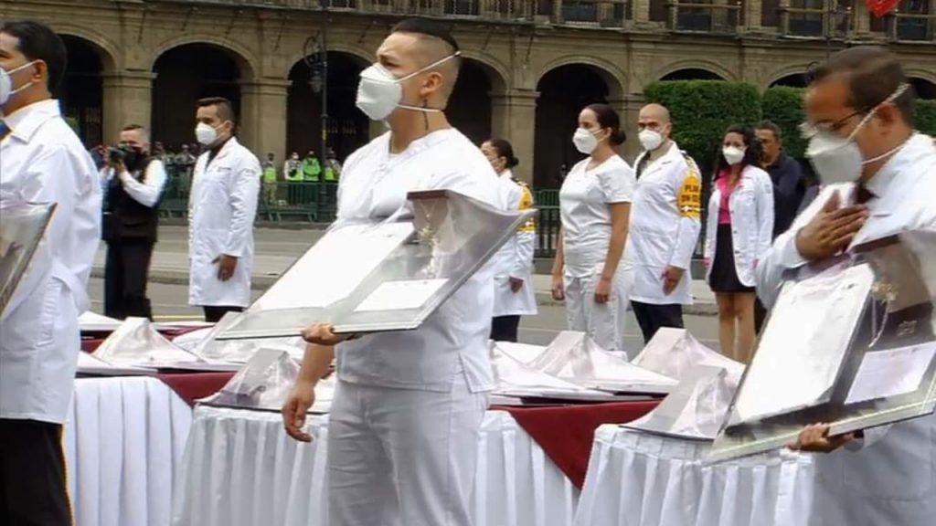 Condecoran a trabajadores de la salud 02