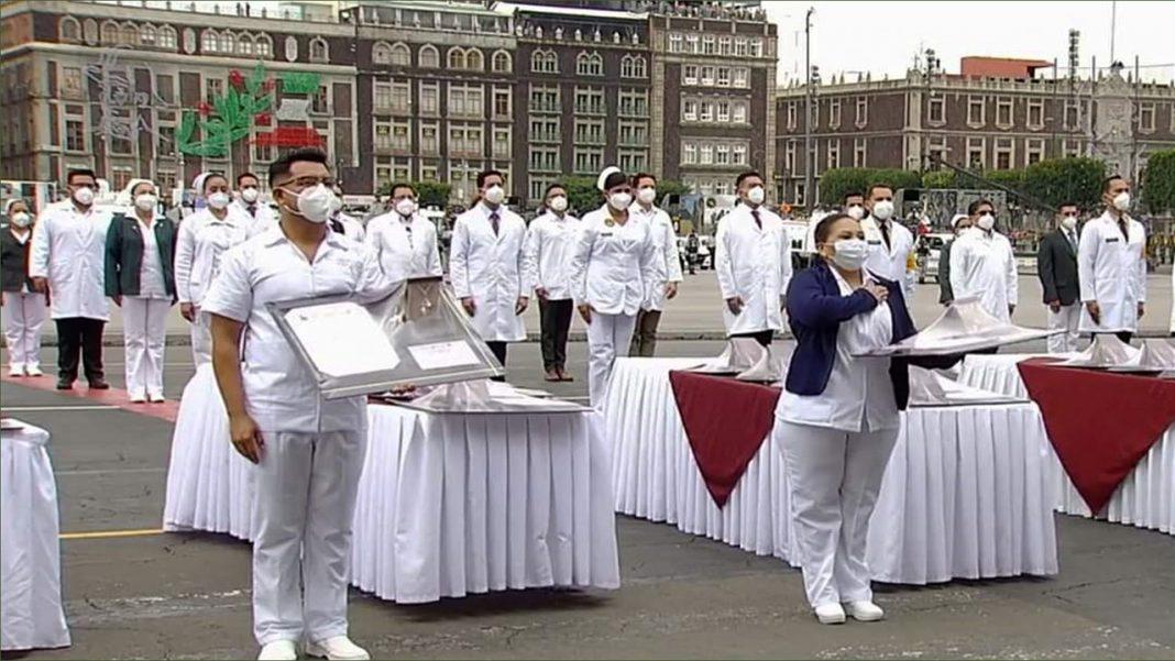 Condecoran a trabajadores de la salud