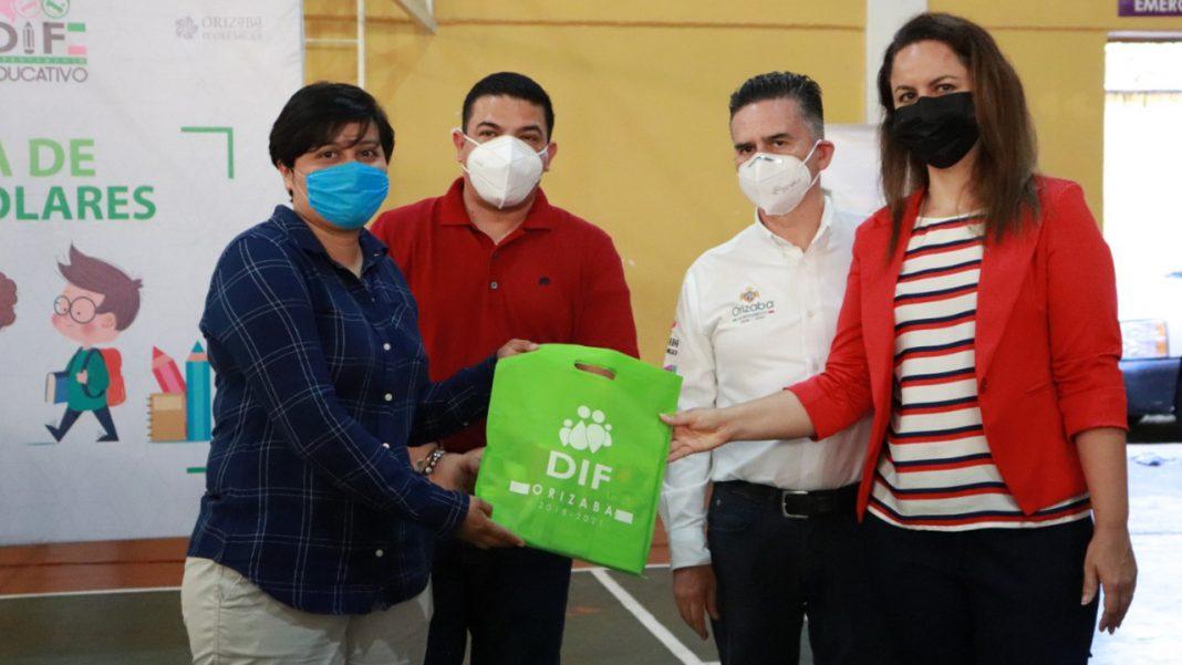 Dif de Orizaba distribuye útiles escolares