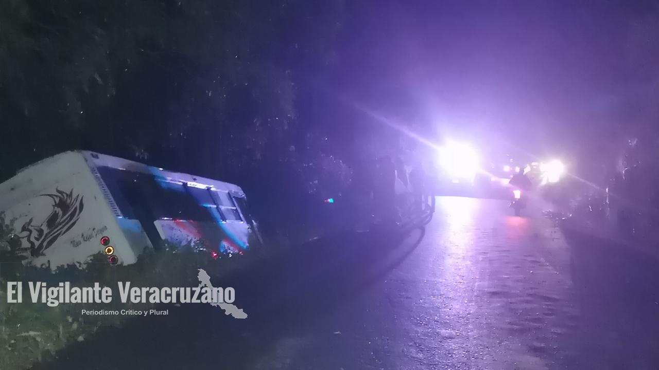 Se accidenta autobús de la línea Autotransportes Rafael Delgado