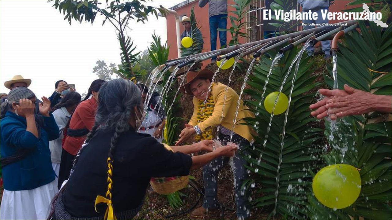 Autoridades de Zongolica inauguran y ponen en marcha una red de agua potable en Atexoxocuapa