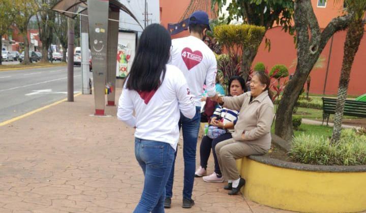 Jóvenes de la 4T regalan cubrebocas en plazas públicas