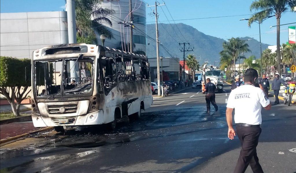 Se incendia autobús de TVT frente a Chedrahui en Orizaba